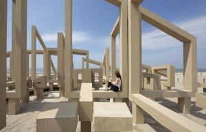 Onder de bogen staan zitelementen, die uitnodigen om te genieten van het uitzicht en de omgeving