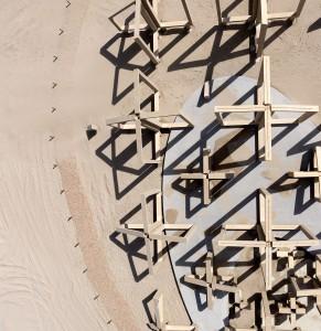 De Zandwacht bestaat uit een betonnen skelet van 20 bij 40 meter met bogen die de baan van opstuivend zand laten zien. Daarmee visualiseert het kunstwerk hoe natuurkrachten duinen vormen. Het beton heeft dezelfde kleur als het zand van het Maasvlaktestrand.