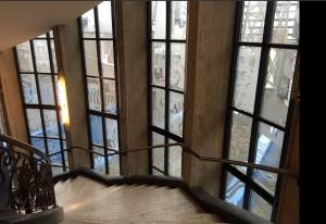 Het kunstwerk van Copier is tijdens een renovatie in de jaren 70 gevat in nieuwe grovere aluminium vensters. Foto Jelle Gunneweg