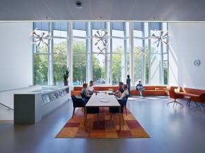 Centraal gelegen loungeruimte met zicht op de Zaale