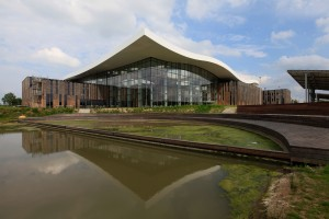 Een voorbeeld van retrofitting en renovatie: een groot golvend dak verenigt vijf, op circulaire wijze gerenoveerde gebouwen van Alliander in Duiven, architect Thomas Rau • Foto Rob Hoekstra