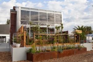 Prêt-à-Loger, een ontwerp van studenten van de TU Delft, geeft bestaande rijtjeshuizen een tweede huid, waarmee het huis op zonne-energie kan draaien. Het is het eerste project in de Green Village.
