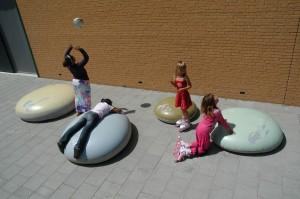 Blöbs op een schoolplein in Hilversum (2012). In lichte en flexibele mallen is het topzware materiaal beton gegoten. De elementen hebben een aanduiding voor hun gewicht of omvang: 1200 kilo = een kameel + een bizon • Foto Sam van Veluw.