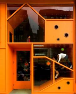 Voor de kinderkliniek in Harlem (2004) komen art, medicine and design samen in een oranje  speelfaçade • Foto Phill Mansfield.