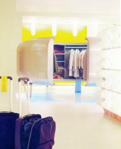Interieurontwerp en -producten voor Mandarina Duck in Parijs (2000, i.s.m. Droog Design en NL Architects). De meubels en objecten tonen en verhullen hun inhoud: de ronde inloopkast voor kleding en accessoires omsluit zowel de kleding als de klant