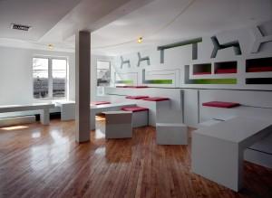 Voor Martinez Gallery liet Kaptein Roodnat zowel de oude gedaante van het gebouw als haar nieuwe identiteit als 'white cube' zien. De witte wanden zijn een stukje voor de oude gifgroen geverfde muren geplaatst • Foto Edgar Cleijne.