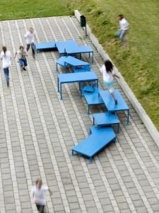 Voor het RE:ASSEMBLE project (2013) is standaard schoolmeubilair recycled, vernieuwd en verbonden met de bestaande architectuur van de CSV Veenendaal • Foto's Inga Powilleit