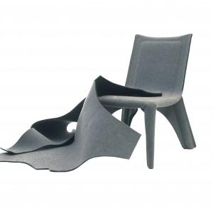 Een omkering: het materiaal voor het maatpak van de Costume Chair is de mal. Hierin wordt vloeibaar kunststof gegoten dat het frame vormt. Frame en bekleding zijn een geheel.