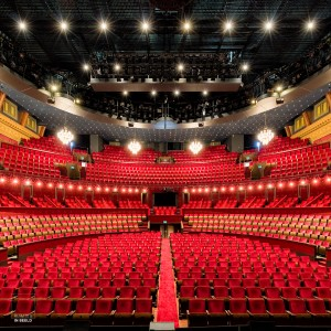 Interieur van de grote zaal van het Koninklijk theater Carré, een van de bekendste theaters van Nederland. Oorspronkelijk gestart als circustheater , opende deze schouwburg op 3 december 1887 haar deuren voor de eerste voorstelling van Circus Carre | The Royal Theater Carré is a theatre in the centre of Amsterdam, officially opened on 3 December 1887. In 1977 Carré became the official theatre of Amsterdam, and when it celebrated its centenary it became the Royal Theater Carré.