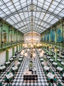 De wintertuin in NH Grand Hotel Krasnapolsky aan de Dam in Amsterdam