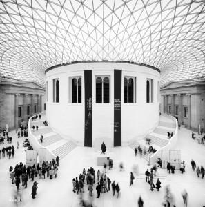 Mensen in een zwart-wit compositie van het interieur van het British Museum in Londen, architect Foster + Partners