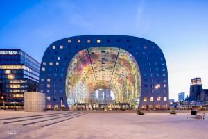 De Markthal in Rotterdam bij het vallen van de avond, architect MVRDV
