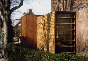 De dubbele uitbouw in Abcoude door Dymanus Architectuur met verschillende afwerkingen. De woonkamer uitbreiding is horizontaal, de eetkeuken verticaal gedetailleerd.