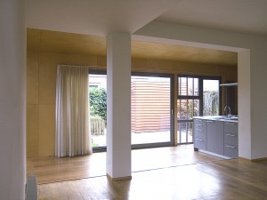 Door de woonkamer in Abcoude verdiept aan te leggen ontstaat er meer leefhoogte.