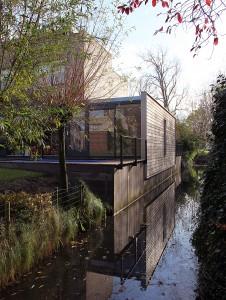 De uitbreiding in Kralingen door Dymanus Architectuur ingeklemd tussen oudbouw en sloot.