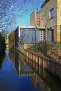 De zuidgevel met nieuwe ingang en gesloten fietsenberging • Foto's Dymanus Architectuur.