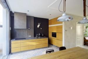 De grotere woonkeuken met verdiepingshoge ramen • Foto's René de Wit.