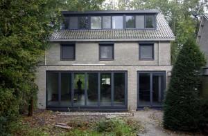 De achtergevel van een jaren zeventig huis in Voorschoten na uitbreiding door MWarchitectuur.
