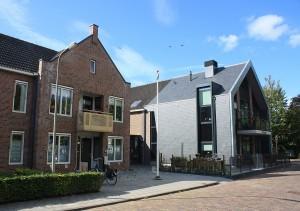 Contrasterend materiaalgebruik bij de uitbreiding van een kerkje tot zorgwoningen De Zaaier door Grunstra Architecten.