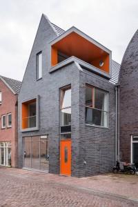 De nieuwbouw aan de Koningshof. Op de begane grond is het kantoor en de personeelsruimte van de winkel in Benschopperstraat 16 gehuisvest.