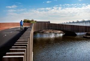 De brug heeft enerzijds een balustrade van metselwerk, aan de andere kant van houten latten. De doorvalbeveiliging voor auto's is vrijwel onzichtbaar in de balustrades geïntegreerd.