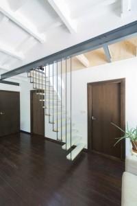 doorbraak tussen oudbouw en dakopbouw, met hangende trap