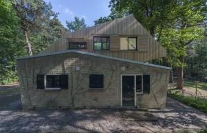 Op een jaren vijftig recreatiewoning heeft Tjeerd Bloothoofd een dakopbouw met 4 slaapplaatsen en dakterras gemaakt