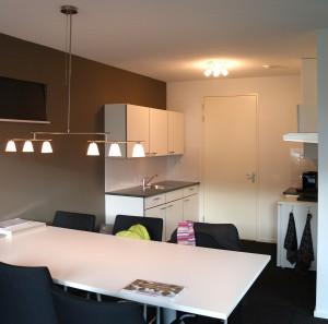 De keuken met in het midden de deur naar de technische ruimte. Door te schuiven met toilet en badkamer kan deze deur ook leiden naar de gang en is er ruimte voor een L- of U-vormige keuken