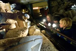 Bezoekers kunnen met zaklampen zelf extra informatie kiezen, hier bij de restanten van het ingestorte schip van de Domkerk.