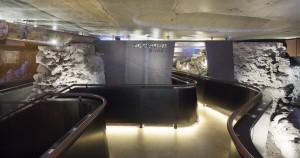 Begin en einde van de route. Een deel van de gietijzeren waterleiding uit eind 19e eeuw (links), aangelegd naar aanleiding van een cholera-epidemie, is ook als historisch artefact behouden.