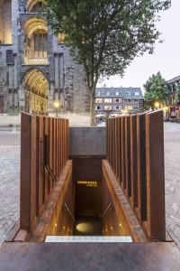 Een luik en een trap midden op het Domplein leiden naar DOMunder