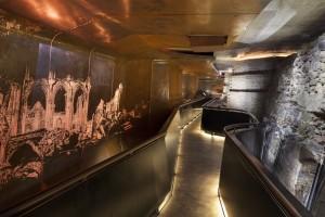 Gebogen wanden uit  cortenstaal aan de zijde van de ondergrondse route