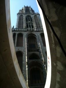 Tijdens de bouw: via venster zicht op Domtoren.