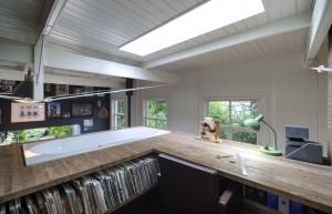 Bad met uitzicht. Ook het werkblad is door Niek Wagemans gemaakt uit sloopmateriaal. Foto Jeroen Musch.