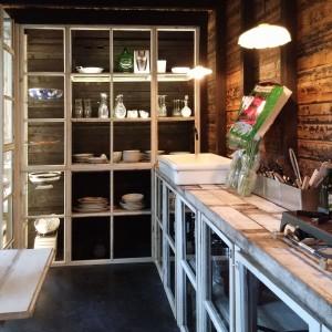 De deurtjes van de keuken zijn afkomstig uit het gesloopte kantoorpand. Foto Jacqueline Knudsen.