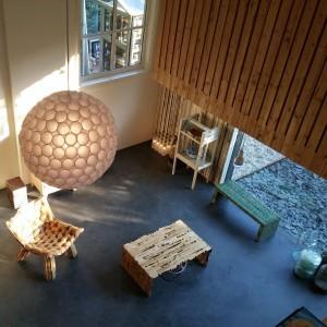 De lamp aan het plafond is samengesteld uit plastic koffiebekertjes. Foto Jacqueline Knudsen.