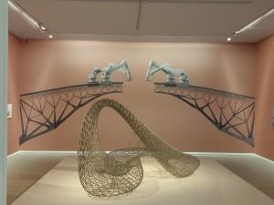 Groninger Dragon van Joris Laarman, op de achterwand een afbeelding van de 3D printed brug, die Laarman nu producteert in Amsterdam. Foto Jacqueline Knudsen