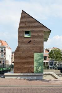 Architect Marjolein van Eig over de kopse kant van haar brugwachtershuisje in Haarlem (2015): 'Persoonlijk hou ik van gesloten vlakken, gemaakt van mooie stenen. In dit ontwerp heb ik daar veel aandacht aan besteed. Het raam van de wc heb ik uitgelijnd met de nok en het ventilatierooster. De neggen zijn afgeschuind om het raam optisch te vergroten, zodat het meer impact heeft.'
