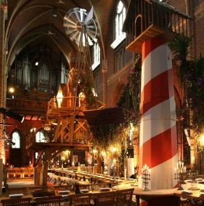 Allegorie van het Zuiden in de Augustijnenkerk met objecten van Aart van Asseldonk • Foto Oogenlust