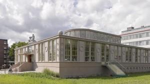 Op een brede, rijk gedecoreerde basis staat een kleinere halfronde, eveneens versierde opbouw. Architect Janneke Bierman vergelijkt het gebouw met een taartje