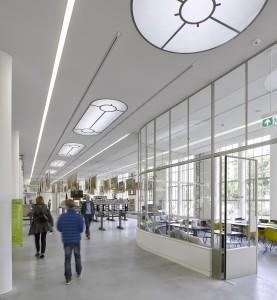 Rechts het museumcafé in een nieuwe transparante ruimte, karakteristiek met gebogen lijnen, glas en stalen kozijnen.