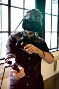 Met de HTC vive 3d bril kan je door een virtuele ruimte heen lopen, maar ook op de grond gaan zitten en dingen oppakken etc