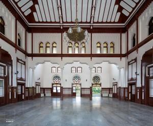 Symmetrisch beeld van de oude ontvangsthal in het Sirkeci Station in Istanbul, eindpunt van de Orient Express