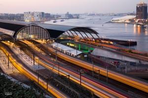 Treinen rijden in en uit Amsterdam CS