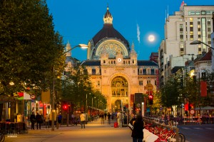 Exterieur van station Antwerpen in de avond