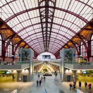 Hal met verschillende lagen sporen in het station van Antwerpen