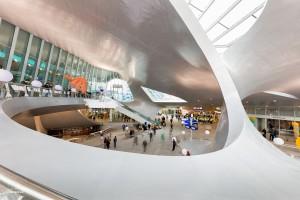 Foto 3: voetgangers lopen in de centrale hal van het nieuwe Centraal Station van Arnhem