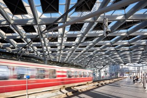 Tram in het vernieuwde Den Haag Centraal Station