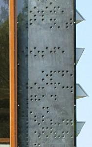 Om het oppervlak te vergroten, zijn verdiepte halve bollen aangebracht in het beton, in brailleschrift met regels uit Nederlandse natuurpoëzie