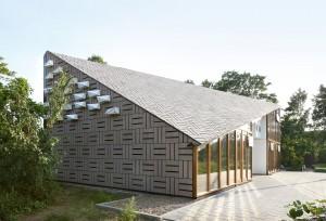 In de zuidwestgevel zijn 20 design nestkasten voor gierzwaluwen aangebracht